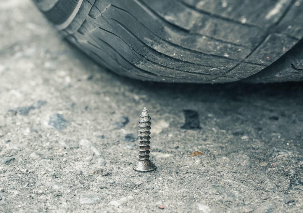 Vis ou clou dans un pneu