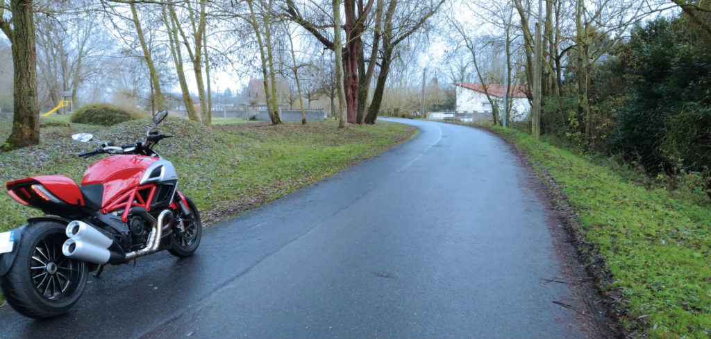 route glacee a moto, monter des pneus hiver moto