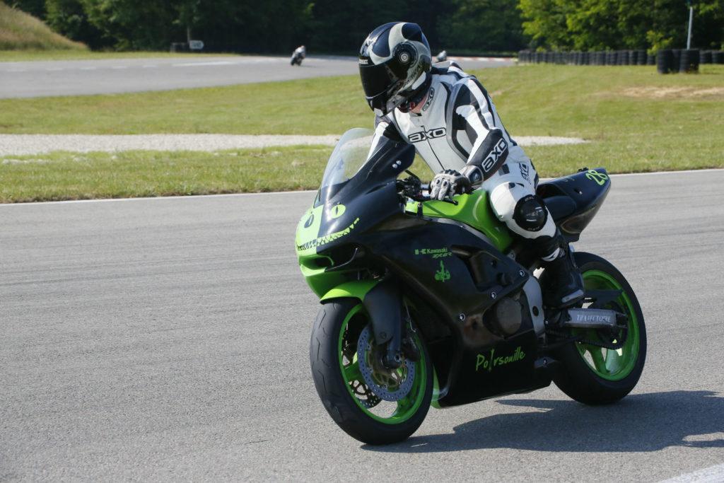 Se redresser sur sa moto pour freiner sur piste