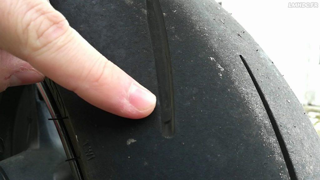 Vérifier l'usure d'un pneu moto