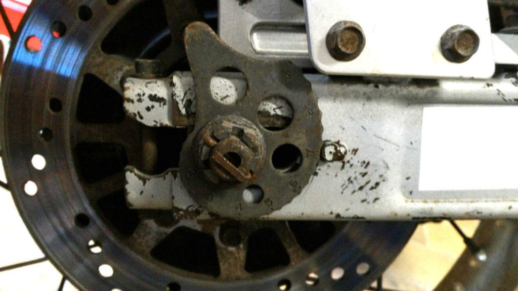 Excentrique tension chaîne moto